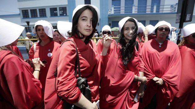 Mujeres vestidas como los personajes de The Hanmaid Tale durante la campaña presidencial de Costa Rica.