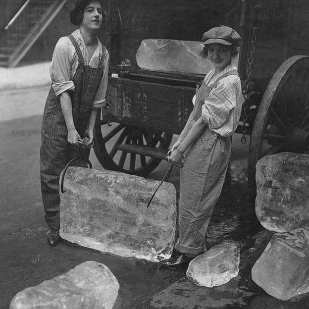 Chicas repartiendo hielo durante la Primera Guerra Mundial.
