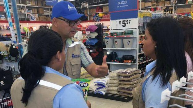 Funcionarios de la Autoridad Panameña de Seguridad de Alimentos en una inspección.