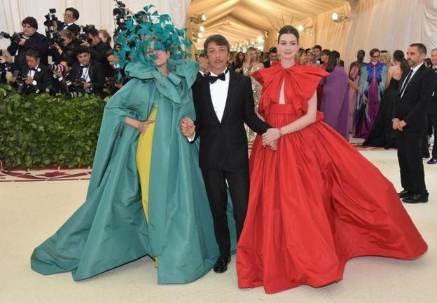 Актриса Фрэнсис МакДорманд (L), дизайнер Валентино Пьерпаоло Пиччоли (C) и актриса Энн Хэтэуэй (R) появляются вместе на красной дорожке.