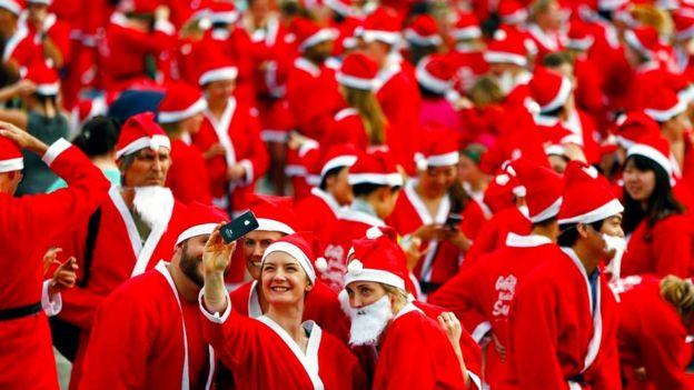 Участники Большого забега Санта-Клаусов в Новой Зеландии, организованного фондом KidsCan в пользу детей, страдающих от нищеты