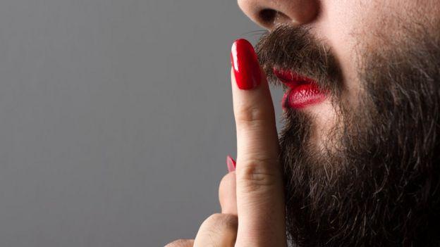 Homem com batom e barba