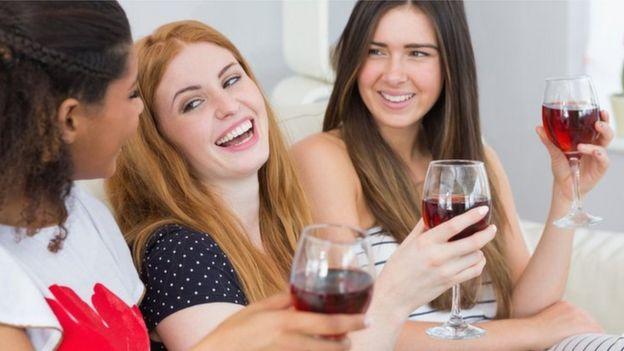 Женщины с вином
