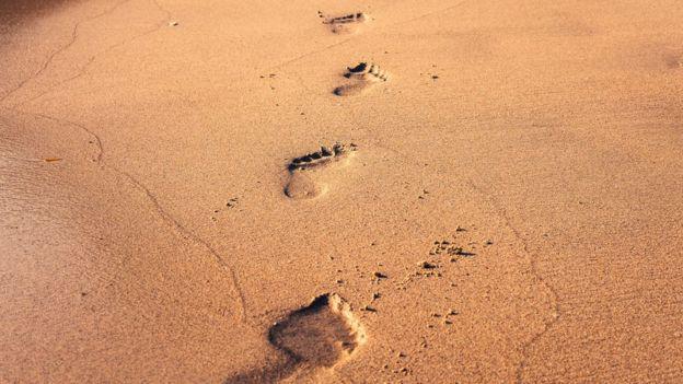Huellas de una persona en la arena.
