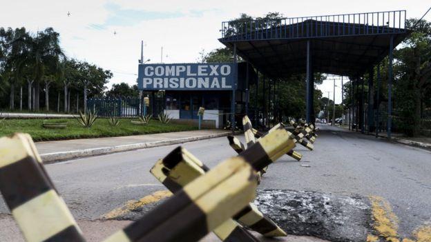 Arredores da entrada de um complexo prisional