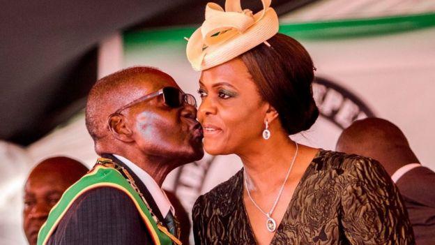 Robert Mugabe besa a su esposa Grace