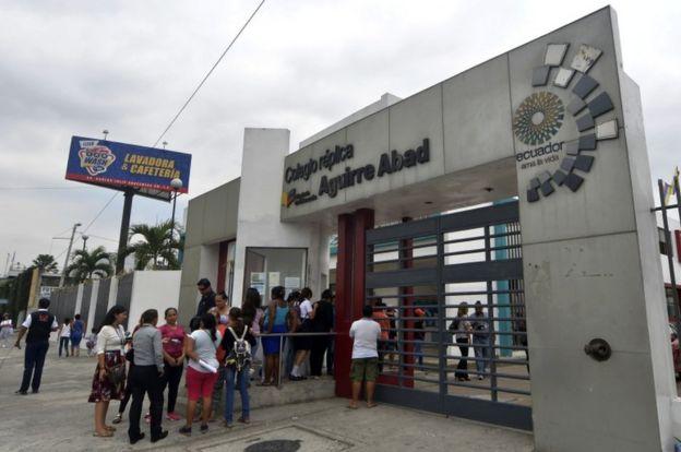 Puerta de entrada al colegio Réplica Aguirre Abad