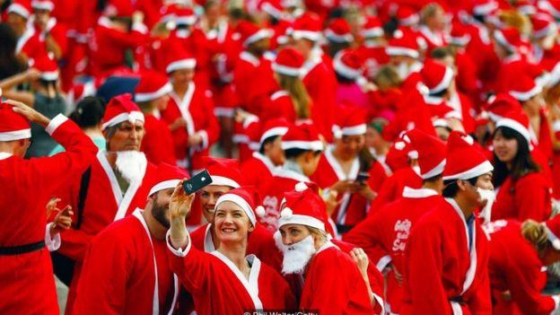 參與新西蘭 Great Kids Can Santa Run 的人會受到貧窮的影響而裝扮成惠澤孩子們的聖誕老人