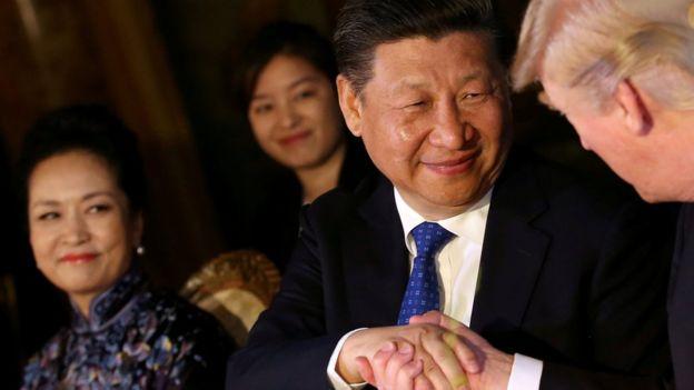 Çin Cumhurbaşkanı Xi Jinping, Trump'da düzenlenen zirvenin başında Donald Trump ile el sıkışıyor