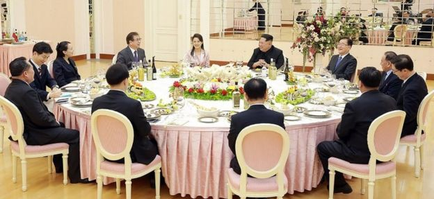 Kim Jong-un, his wife and sister have dinner with South Korean officials in Pyongyang (5 March 2018)