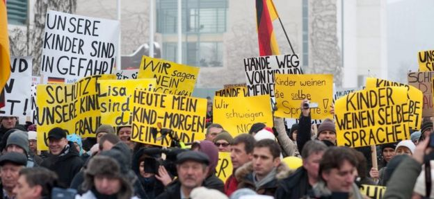 Demonstrators outside the German chancellery in Berlin (23 January 2016)
