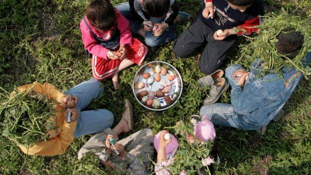 أطفال يلعبون بالبيض