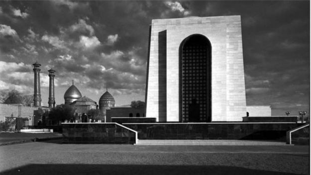 کار تخریب مقبره رضا شاه در اردیبهشت سال ۱۳۵۹ حدود بیست روز طول کشید و از دینامیت و جرثقیل به غیر از تخریب دستی هم استفاده شد
