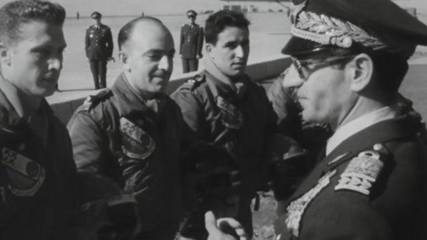شاه و شماری از خلبانان ارتش ایران