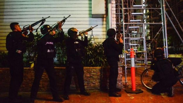Policías armados fuera del casino