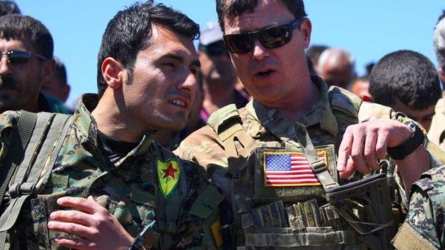 курдский боец и американский военный