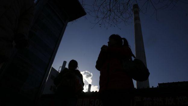 北京市区大屯路附近,一根高耸的燃煤烟囱已停止了使用,取而代之的是旁边燃烧天然气的小烟囱。