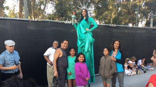 مراسم پردهبرداری از مجسمه آزادی منشور کورش