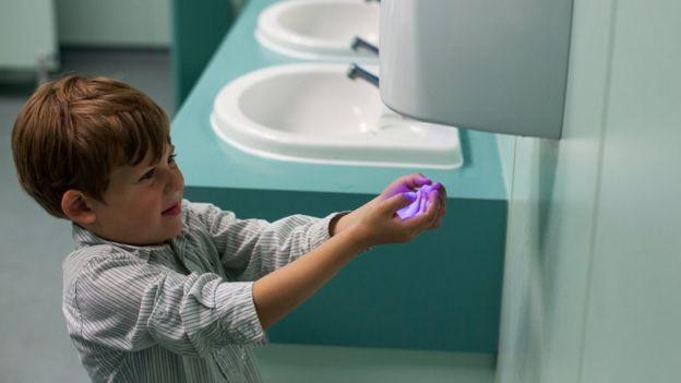 Современные струйные сушилки высушивают руки за 10 секунд