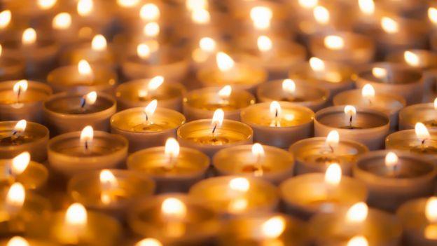 Dezenas de velas acesas