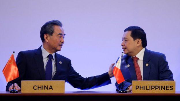 中國外長王毅與菲律賓代表在東盟會議上談話
