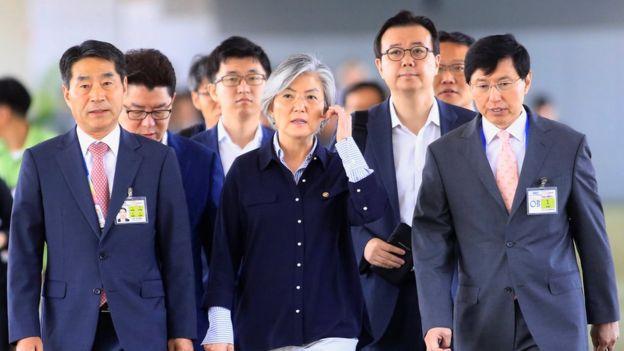 La ministra de Relaciones Exteriores de Corea del Sur, Kang Kyung-wha, es escoltada por funcionarios surcoreanos.