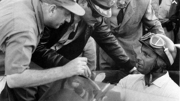 Fangio habla con mecanicos