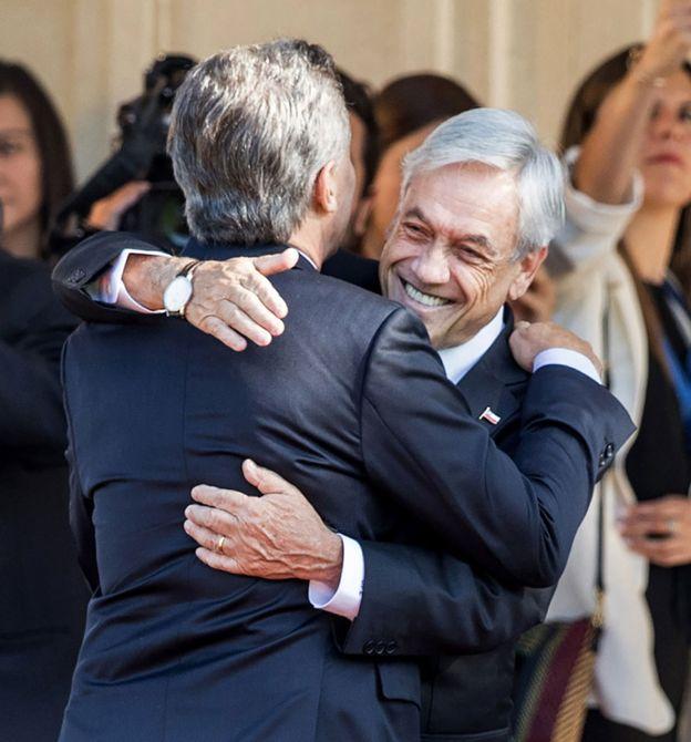 Sebastián Piñera y Mauricio Macri se abrazan antes de un encuentro en Viña del Mar, en marzo de 2018