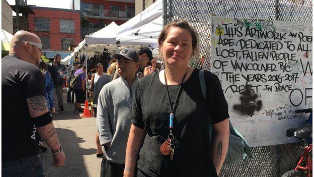Сара Блит стоит у входа на рынок в центре города