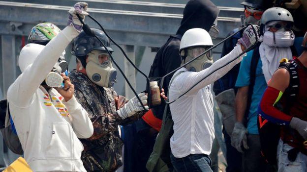 Manifestantes se preparam para lançar coquetéis 'cocôtov'