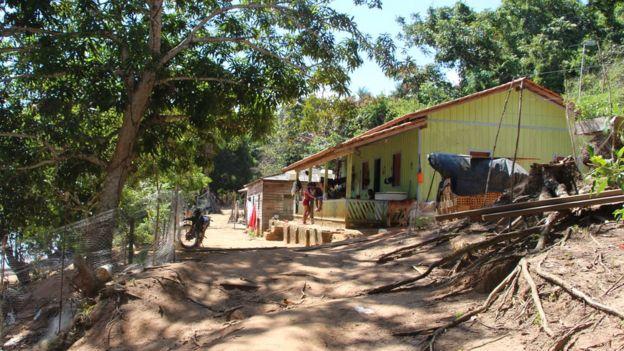 Casas de famílias cercadas por terrenos vendidos para instalações portuárias em Santarenzinho