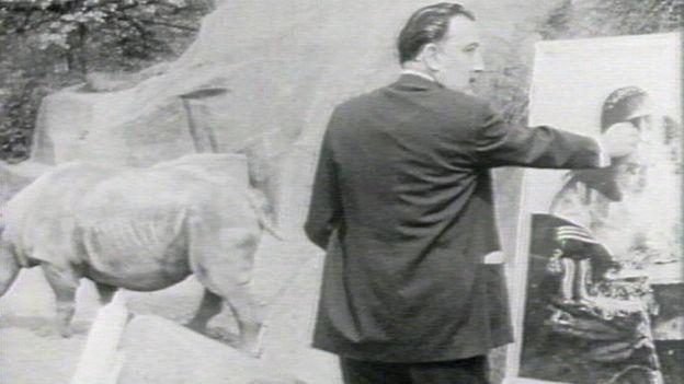 Salvador Dalí en pleno trabajo.