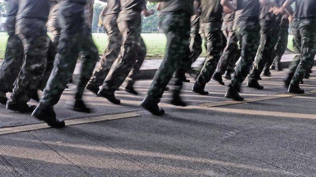 soldados corriendo