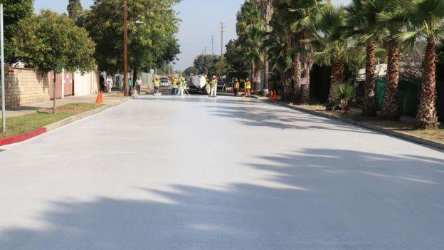 Calle asfaltada con CoolSeal en Los Ángeles