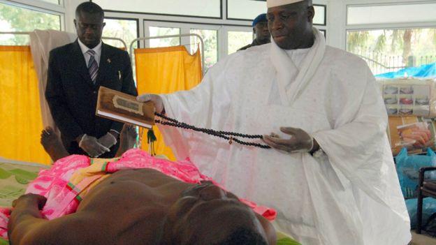 Imagem mostra Yahya Jammeh segurando o Alcorão sobre paciente