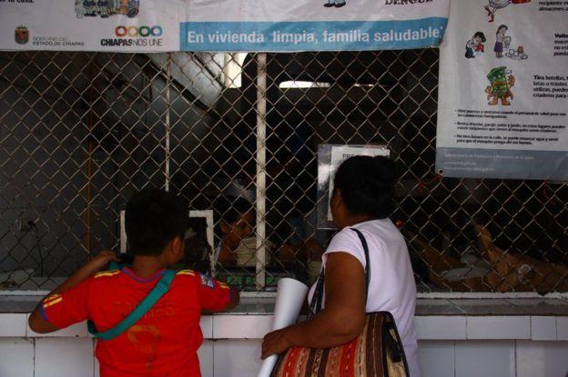 Una mujer y un niño en una oficina de atención a inmigrantes en Chiapas, México.