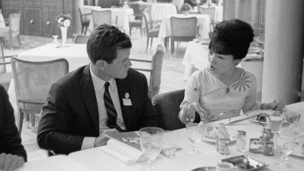 Bà Trần Lệ Xuân và Thượng nghị sỹ Mỹ Edward Kennedy tại Belgrade trong sự kiện của liên minh nghị viện quốc tế