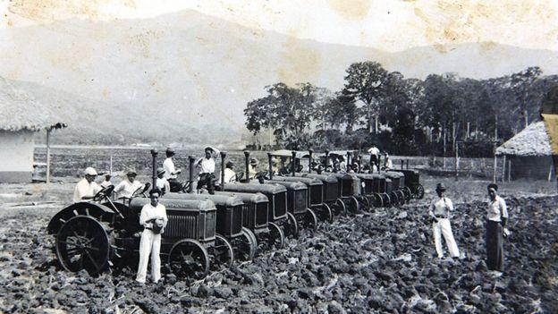 Japoneses con tractores