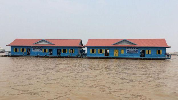 Cả khuôn viên trường thực ra là một dãy nhà thuyền nối lại, trôi nổi giữa Biển Hồ. Màu xanh dương rực khiến nó trở thành một cảnh quan du lịch bất đắc dĩ