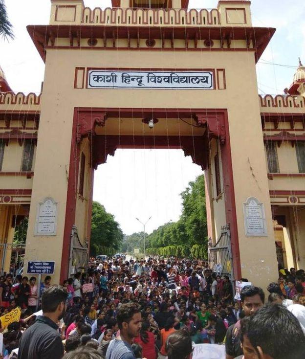 काशी हिंदू विश्वविद्यालय के गेट पर हो रहा है प्रदर्शन