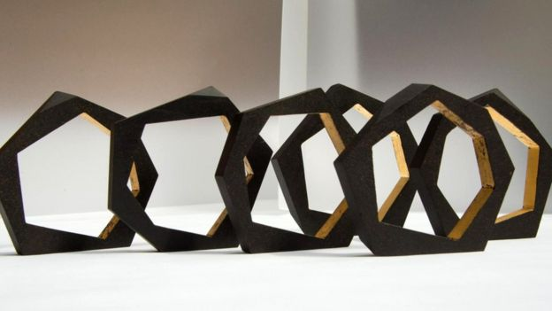 Ювелир Розали Макмиллан создает эти браслеты из кофейной массы и сусального золота