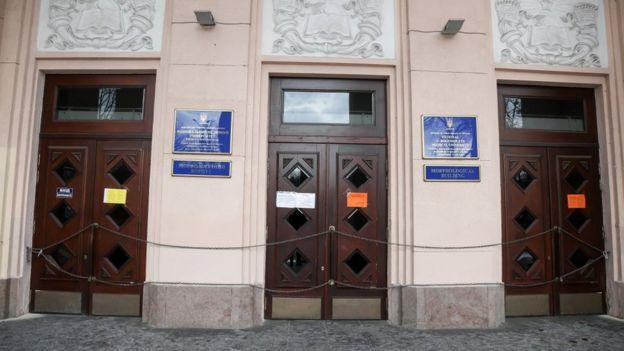 Під час страйку на двері НМУ ім. Богомольця повіисли ланцюги та замки