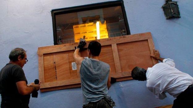 Muchos residentes de San Juan tapiaron las puertas y ventanas para reducir el impacto de los vientos.