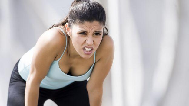 Mulher cansada de exercícios