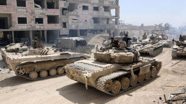 Tanques do governo de Síria avançam em direção a Douma