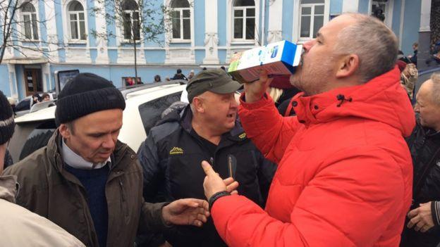 Активисты пьют молоко