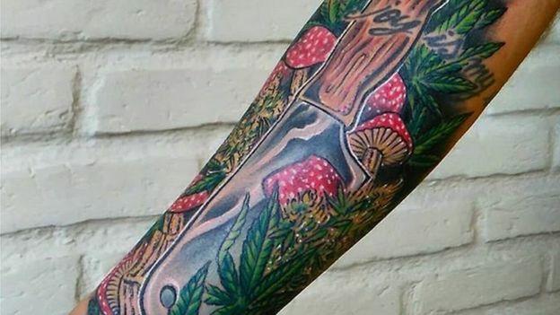 Tatuagem no braço do chef da maconha