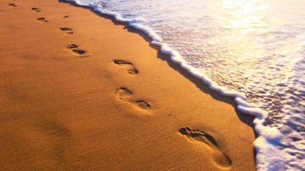 Huellas en la arena.