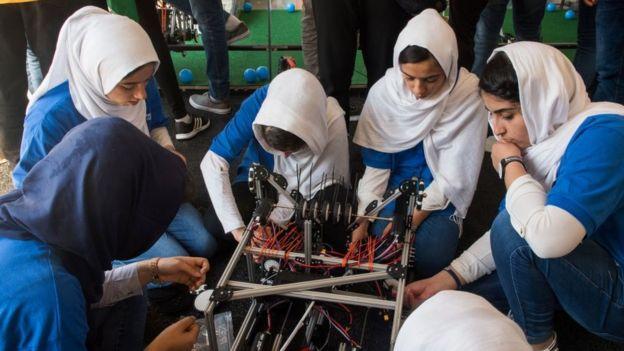 niñas afganas participando en el concurso