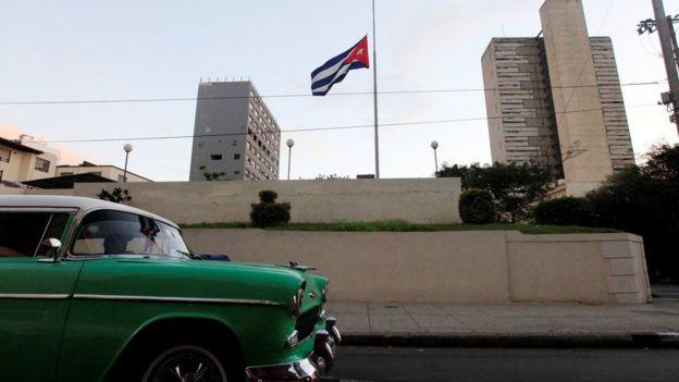Carro antigo passeia por Cuba